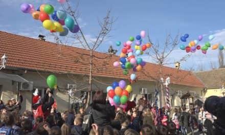 Шарени балони дечјих новогодишњих жеља у дворишту Црвеног Крста